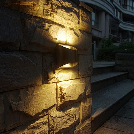 Jakie elementy wyposażenia charakteryzują lampy ścienne ze stali szlachetnej?