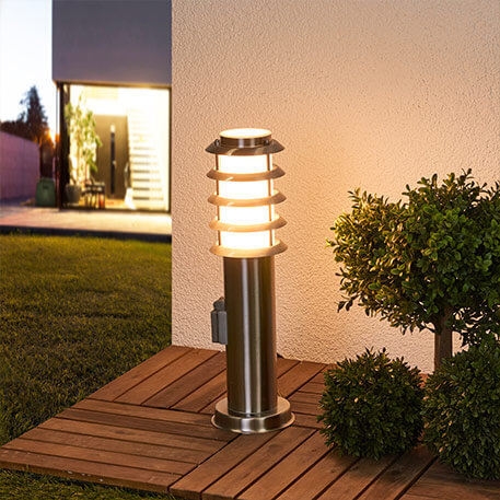 Atrakcyjna lampa cokołowa Selina z gniazdem (9972021)