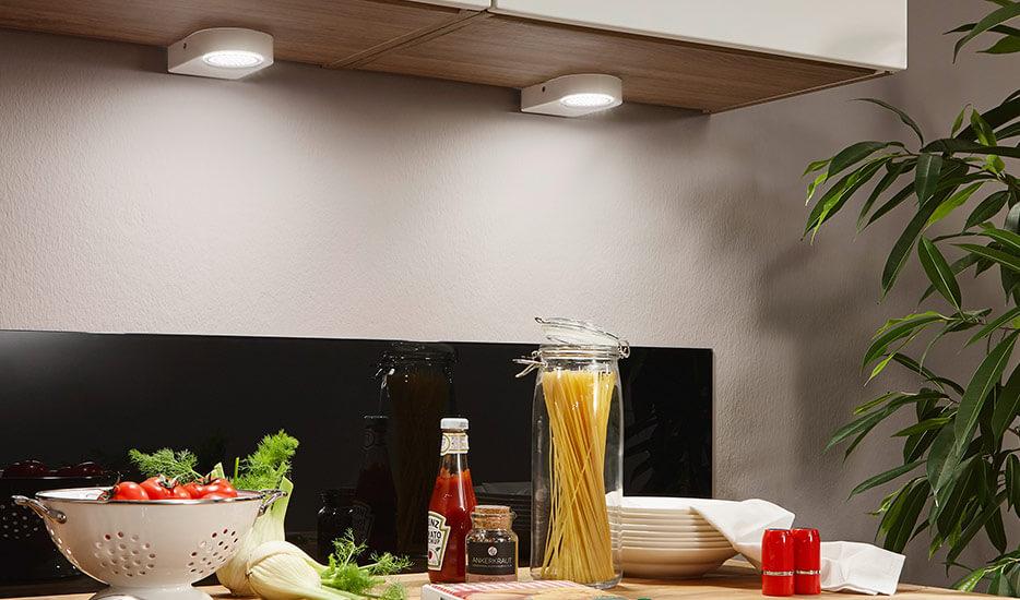 Problem niedoboru oświetlenia pod szafkami może zostać szybko rozwiązany dzięki oprawom podszafkowym