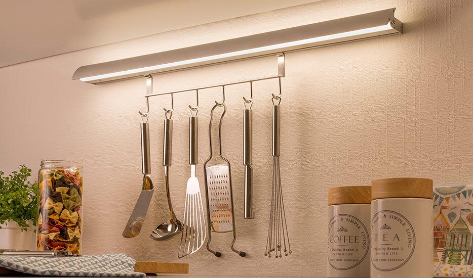 W jaki sposób włącza się kuchenną oprawę szafkową?